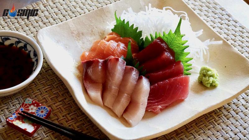 khi-xep-sashimi-len-dia-can-chu-y-dat-cac-mau-sac-tuong-phan-nam-canh-nhau